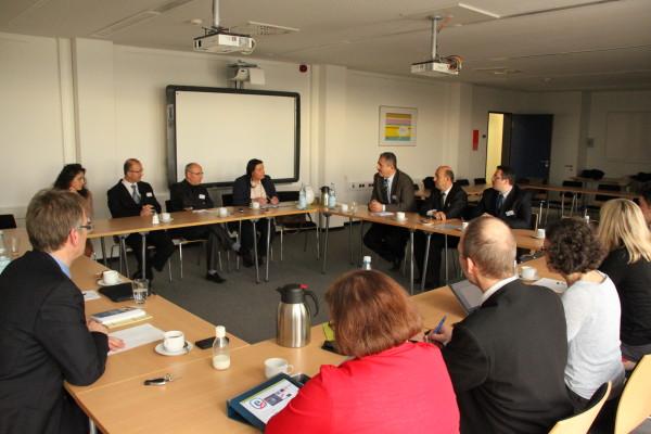Angeregter Austausch zwischen den Projektbeteiligten im Staatlichen Schulamt