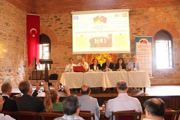 Die Referenten der Veranstaltung mit den Schulleitern und jungen Lehrkräften